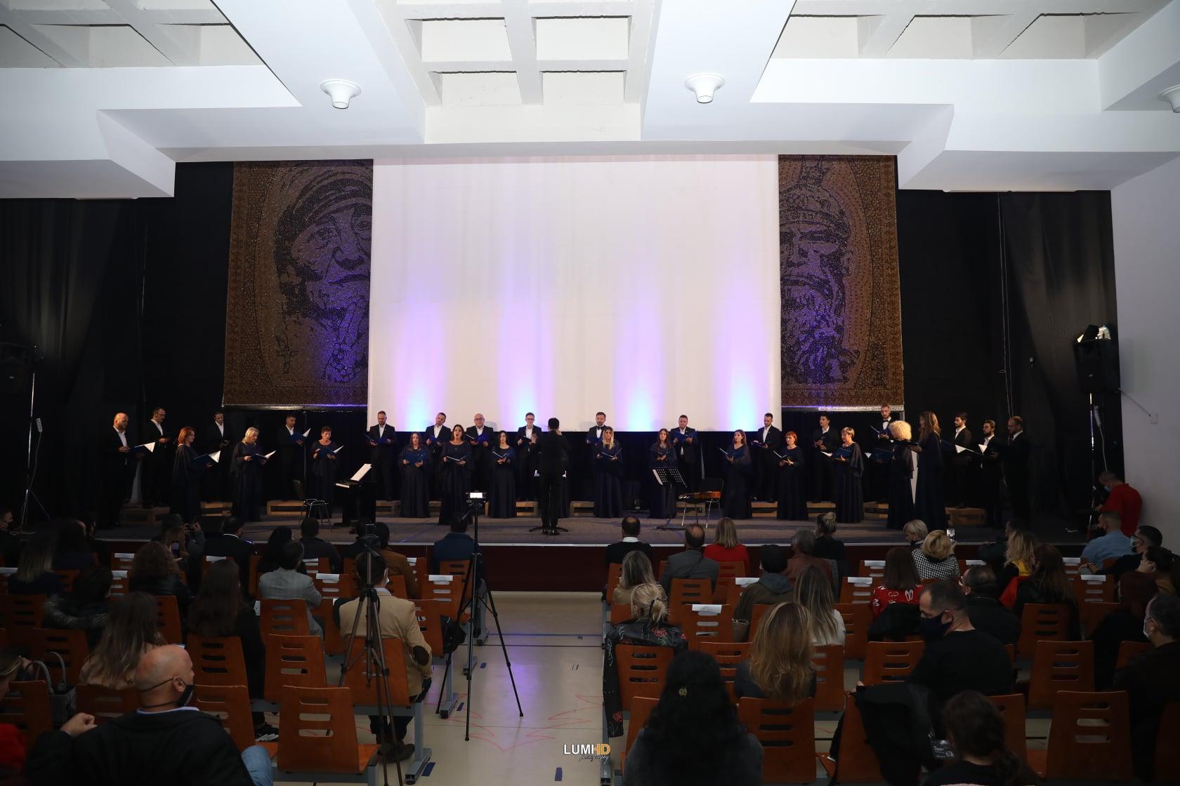 Kori i Filharmonisë së Kosovës mban koncert në Gjilan duke respektuarmasatanti COVID-19