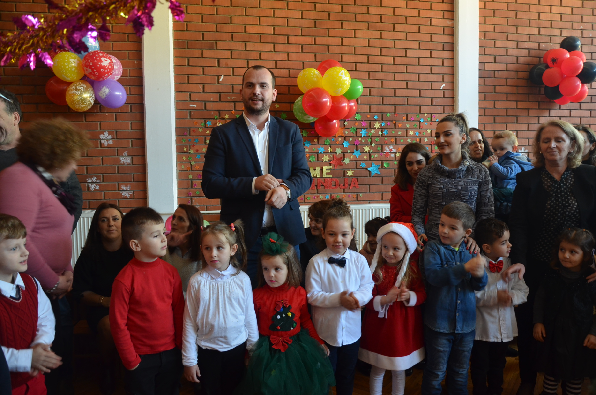 """Kastrati shpërndanë dhurata për fëmijët e Çerdhes """"Filizat"""""""